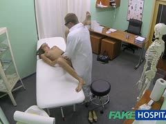 dickarschig brunette masturbiert im bett mit vibrator